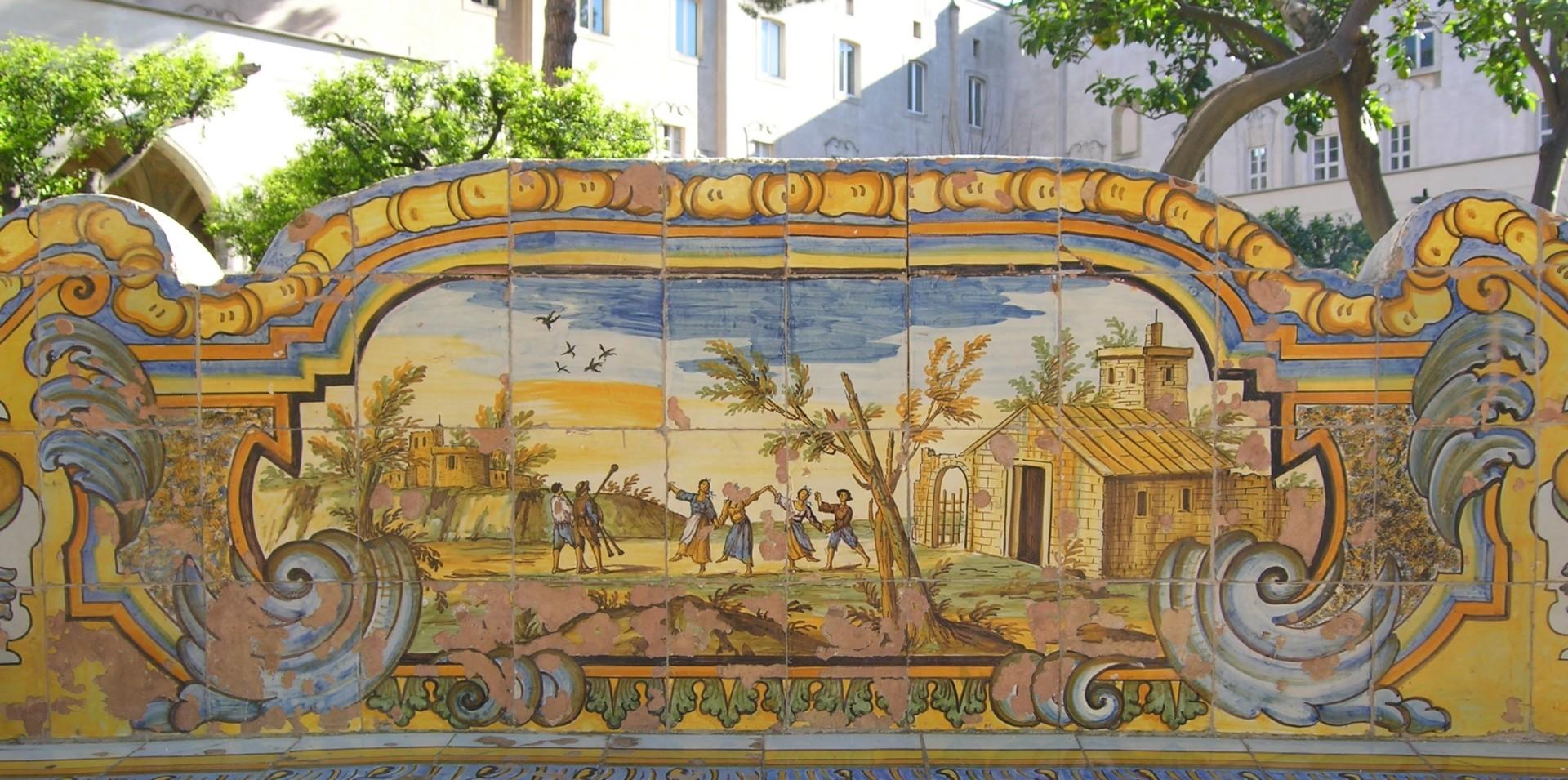 Sie tanzen die Tarantella, Majolika im Klosterhof von Santa Chiara