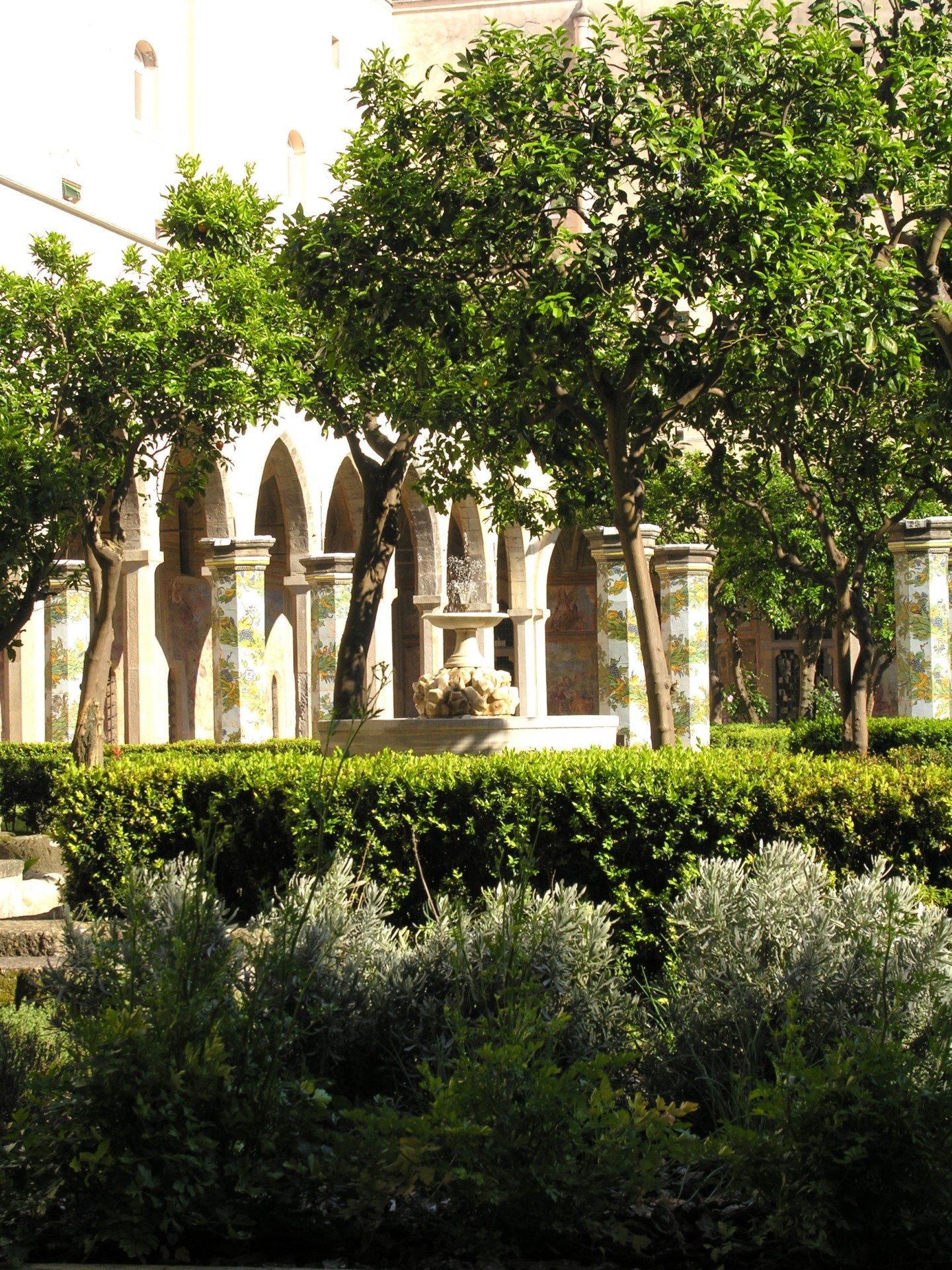 Im Majolikakreuzgang von Santa Chiara