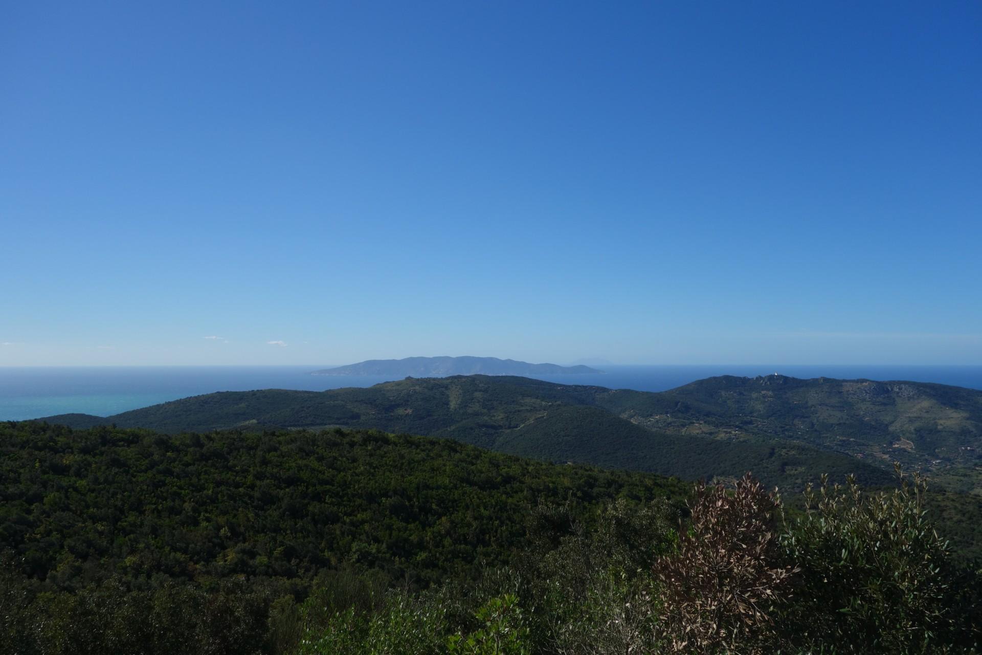 Blick über die Hügel aufs Meer