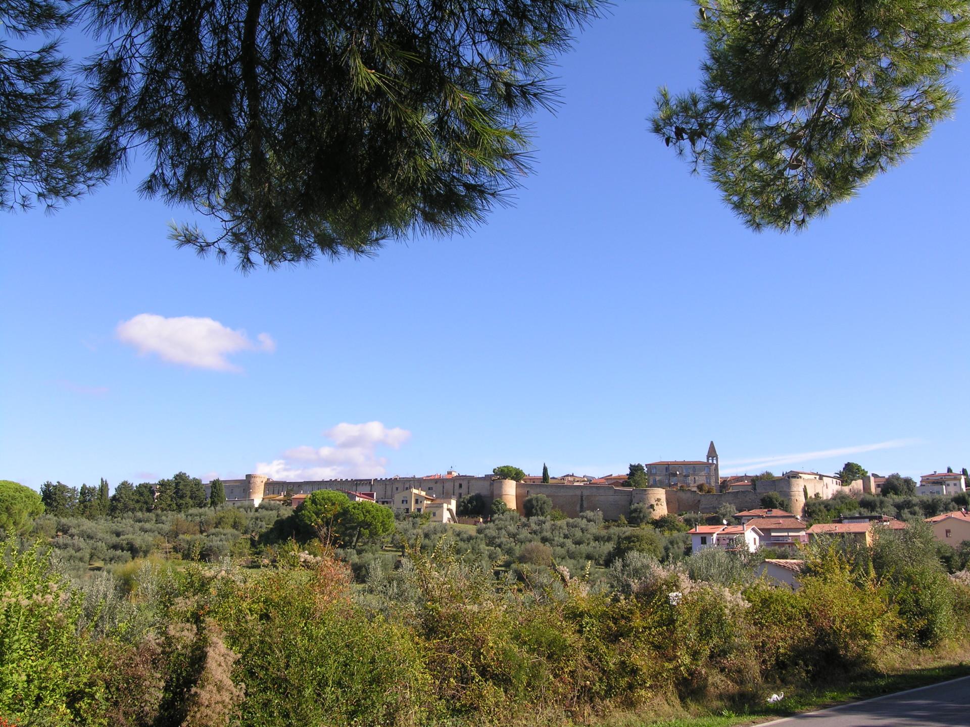 Die Mauern der Senesen um den nahe gelegenen Ort Magliano