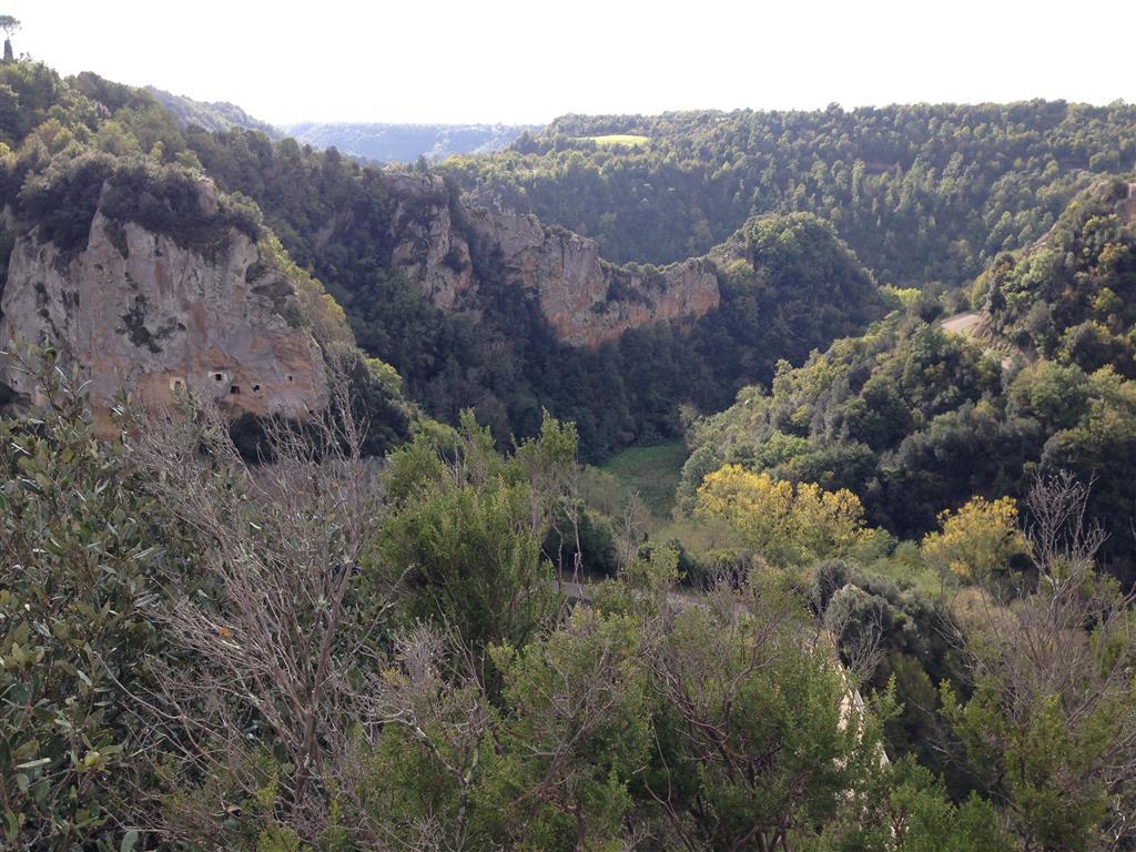 Sorano, spektakuläre Tuffteinformationen links imFels Eingänge zu Höhlen,