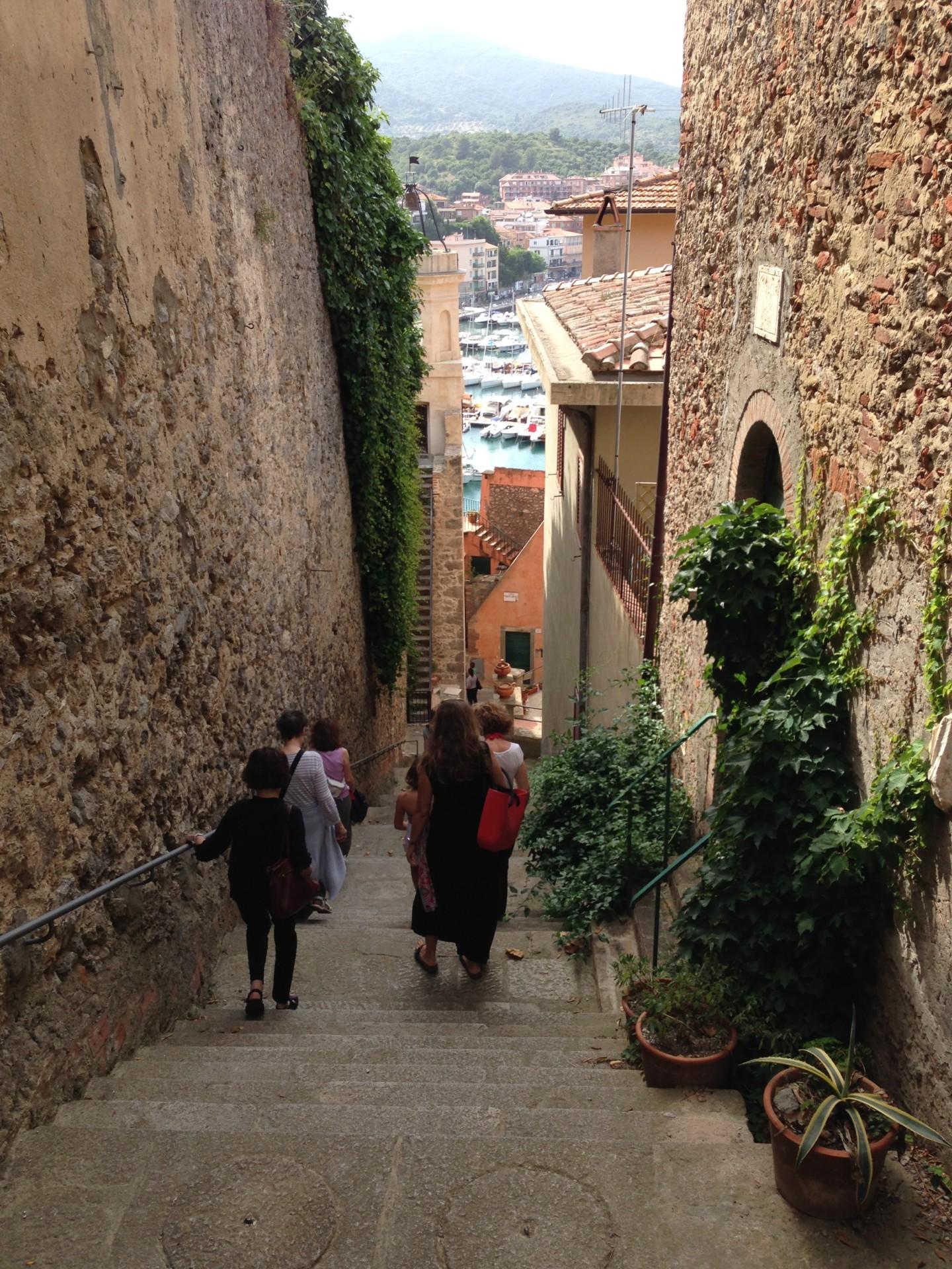 Porto Ercole, Abstieg von der Hochzeitskirche