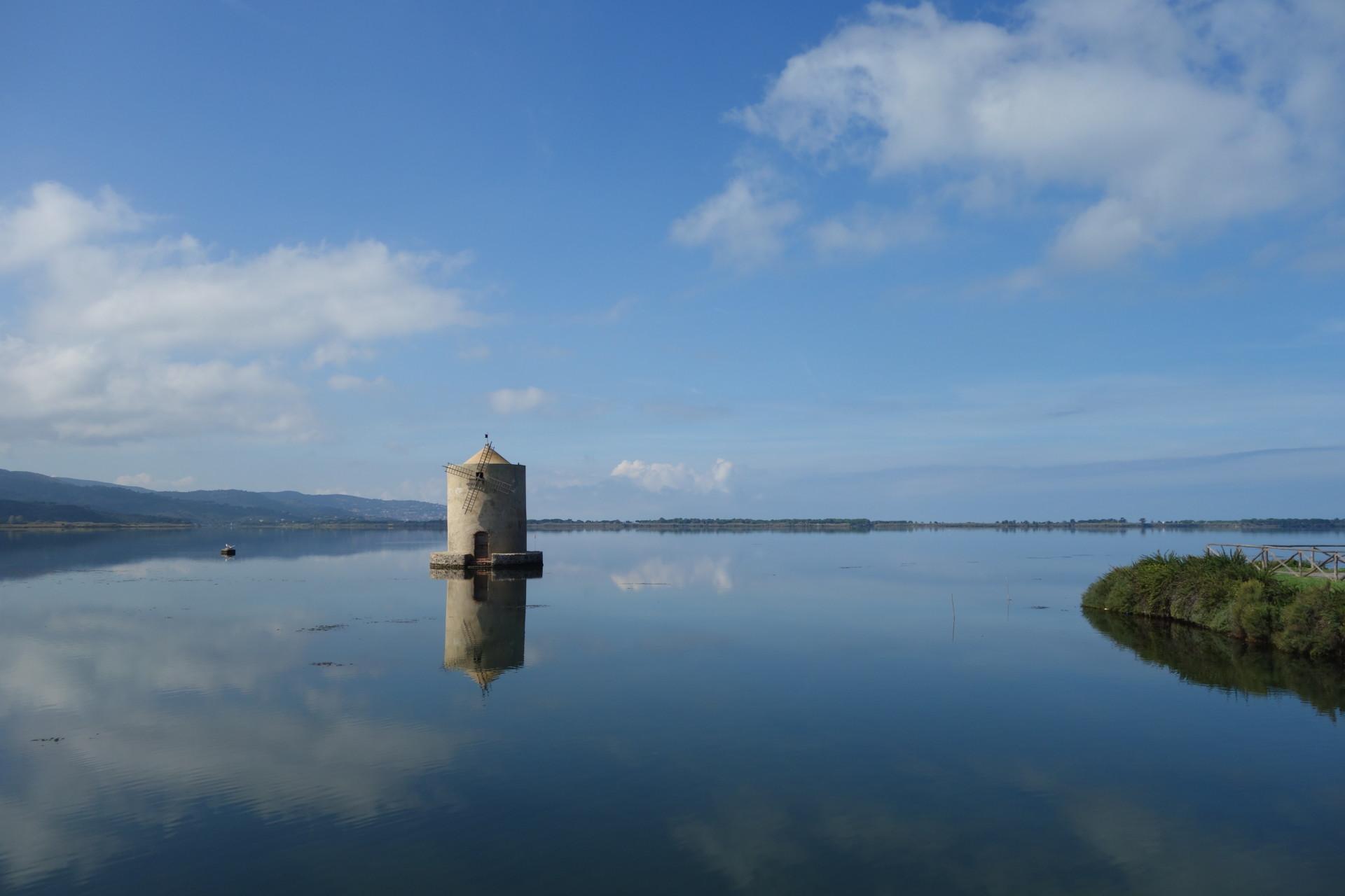 Orbetello und seine Lagunen - dies ist die Lagune Nord mit dem übrig gebliebenen mulino spagnolo