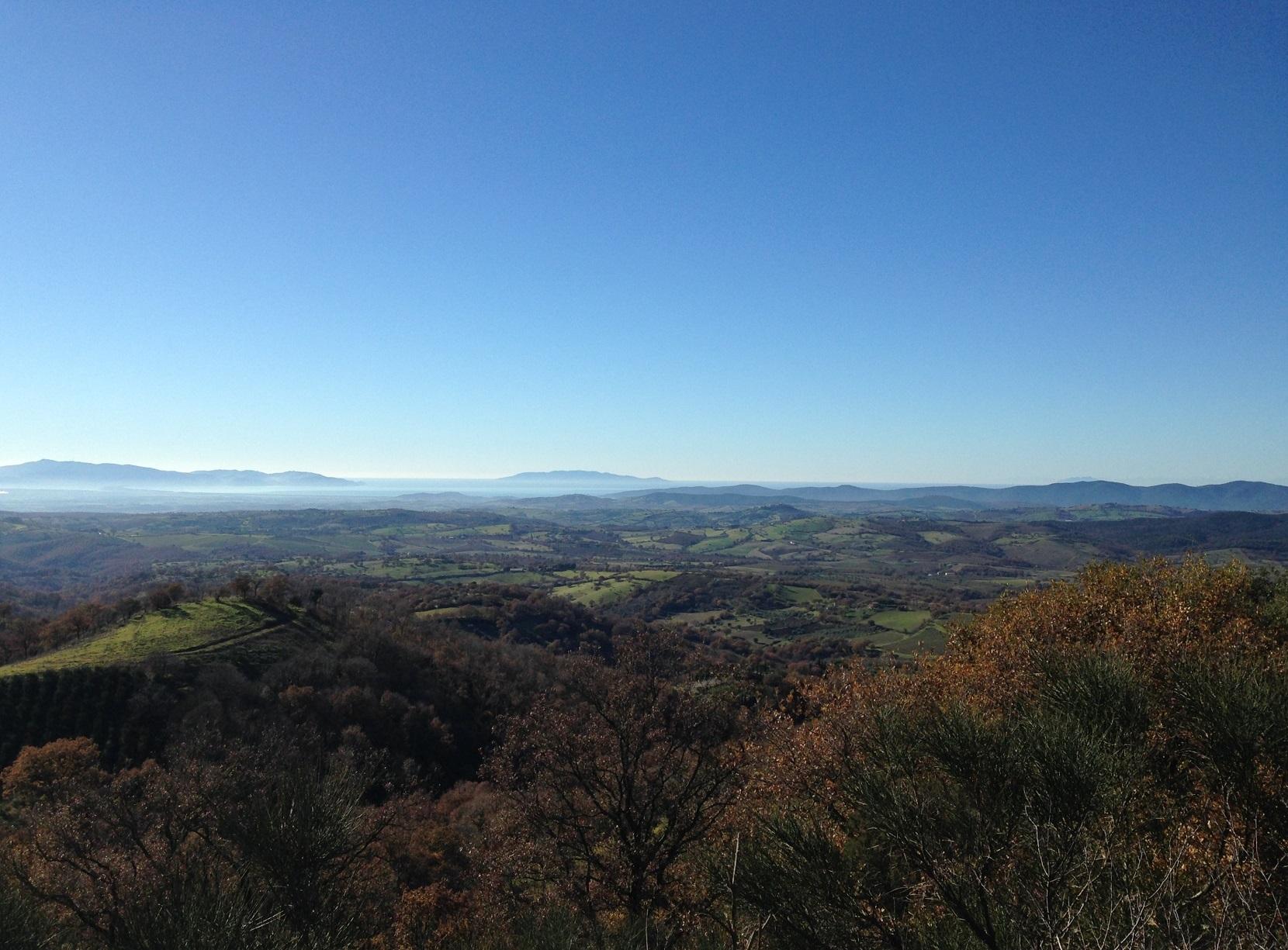 Blick von Scansano über die Hügel aufs Meer - Giglio