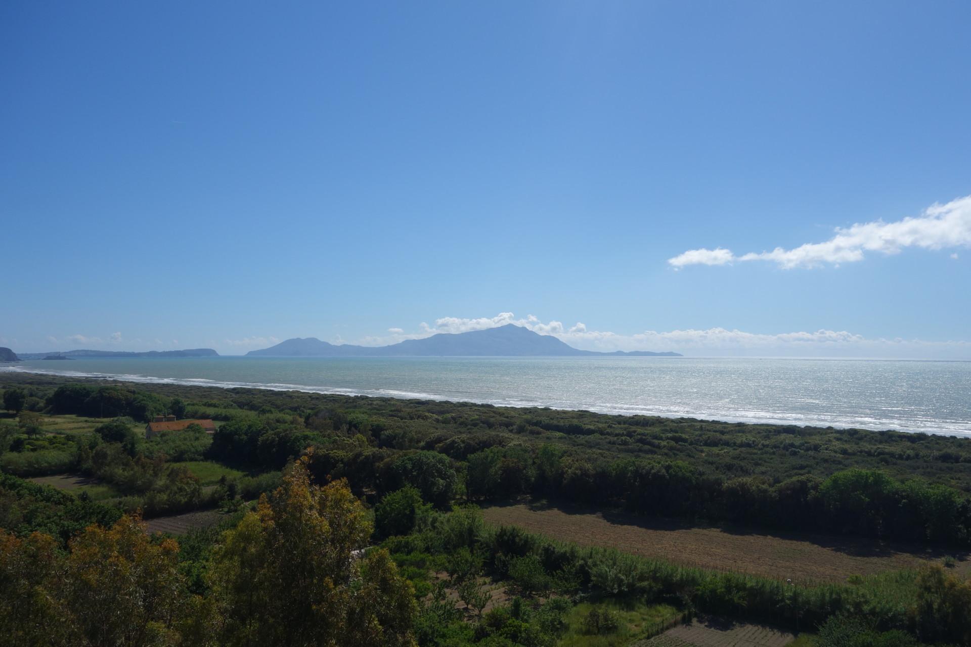 Cuma, Blick über den weiten Strand auf Ischia