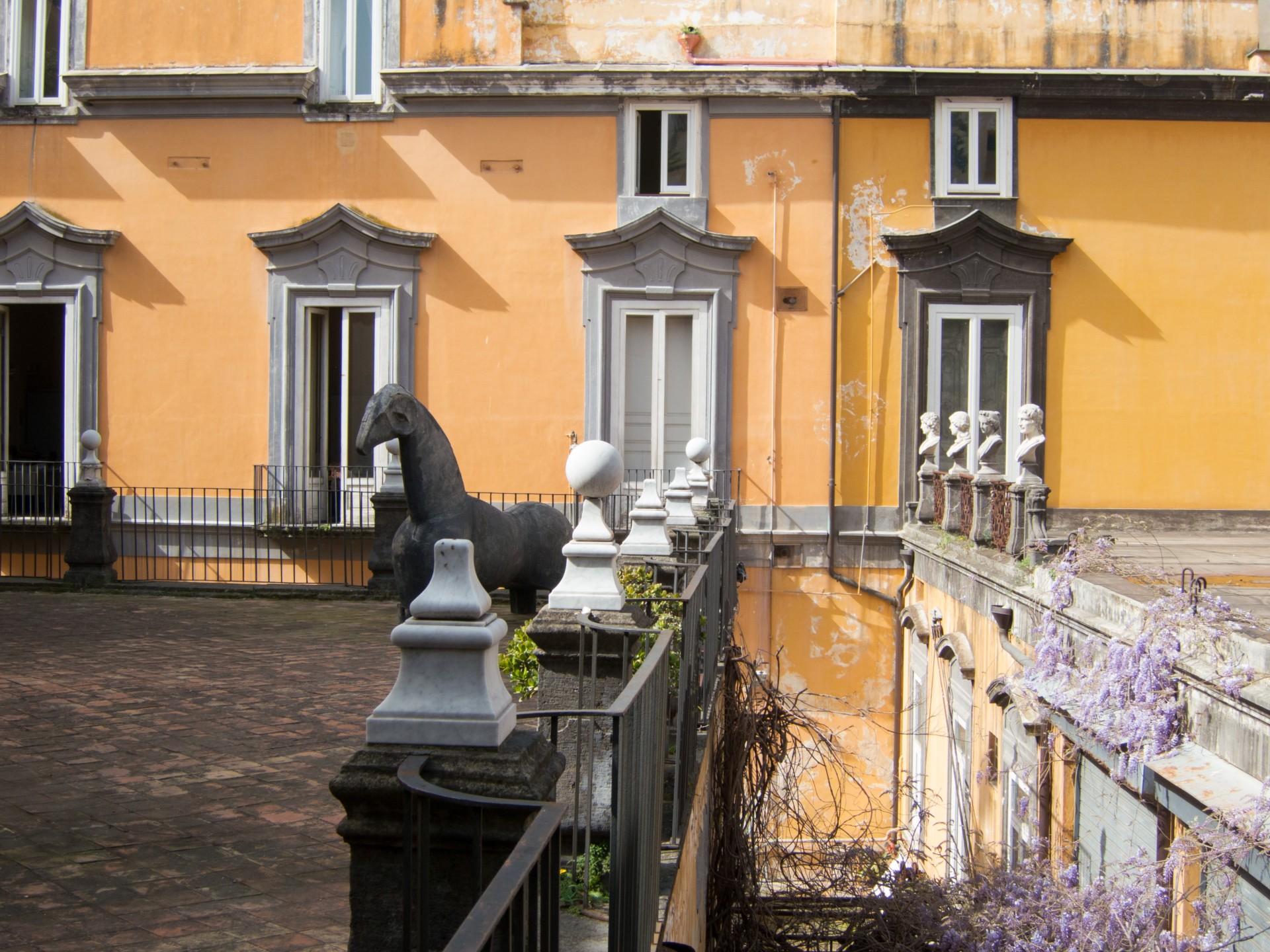 Palazzo Mariglian und eines der Pferde von Mimmo Paladino