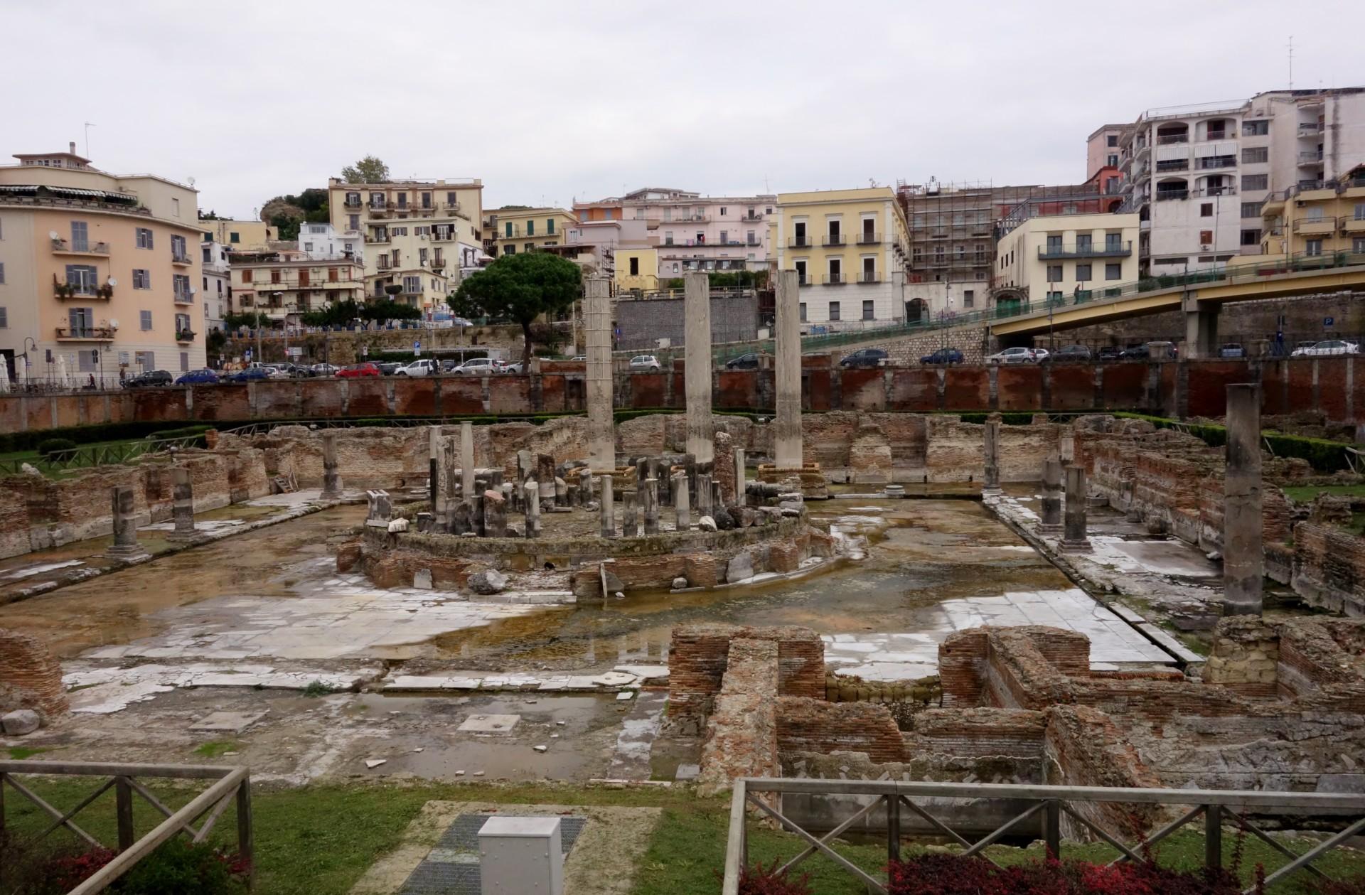 Zentral gelegen in Pozzuoli das alte Macellum der Römer - ein Markt mit dem Tempel im Zentrum. Man nennt ihn den Tempel des Serapis, die Zuordnung ist nicht gesichert.