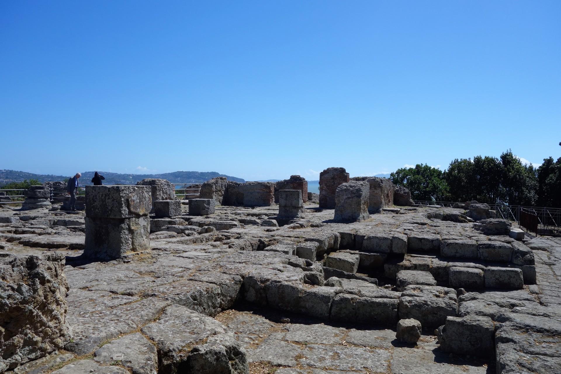 Cumae, Akropolis, hier errichteten Siedler aus Griechenland ihren Tempel des Apollo