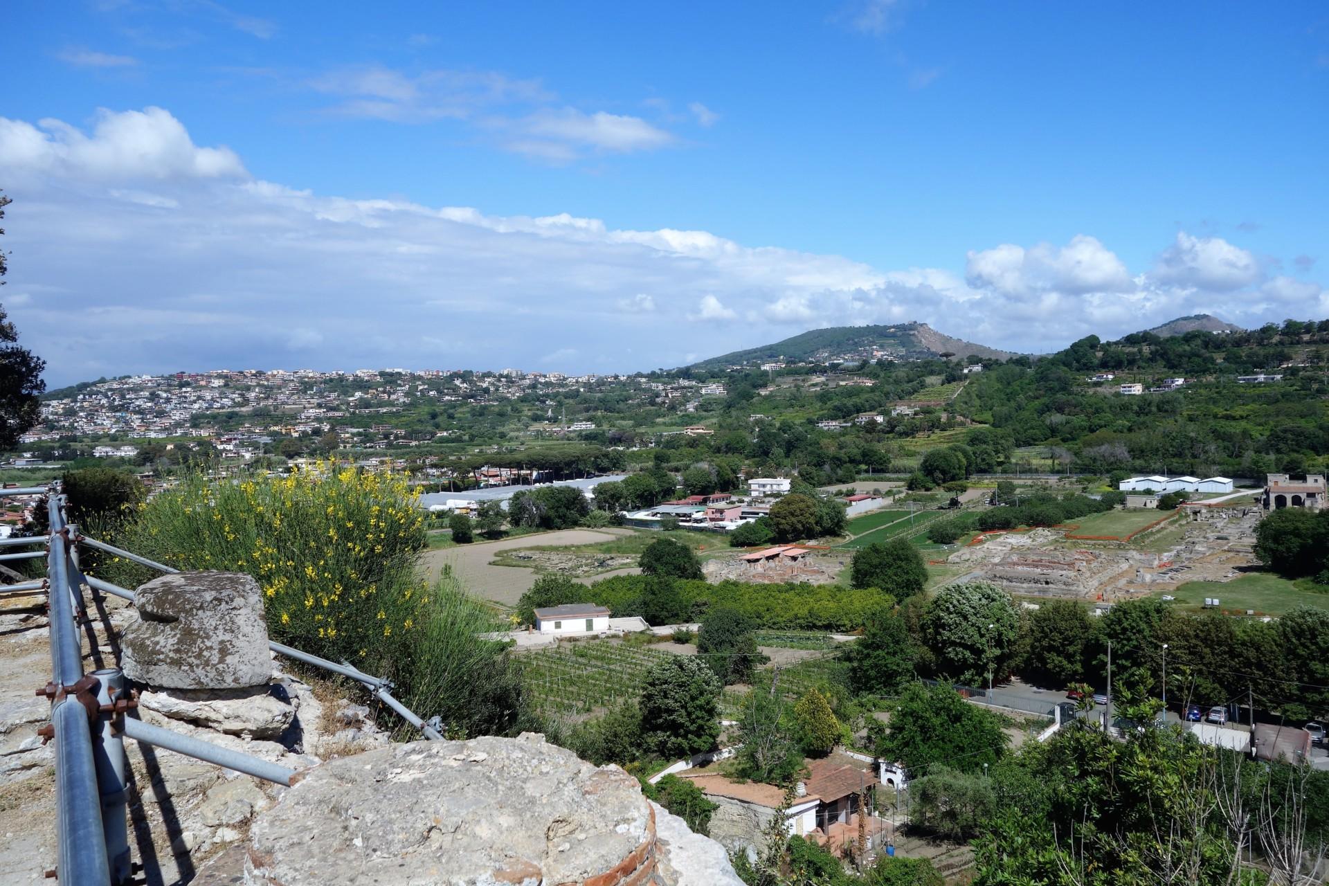 Cumae, Akropolis, Blick ins Landesinnere - überall sind archäologische Felder