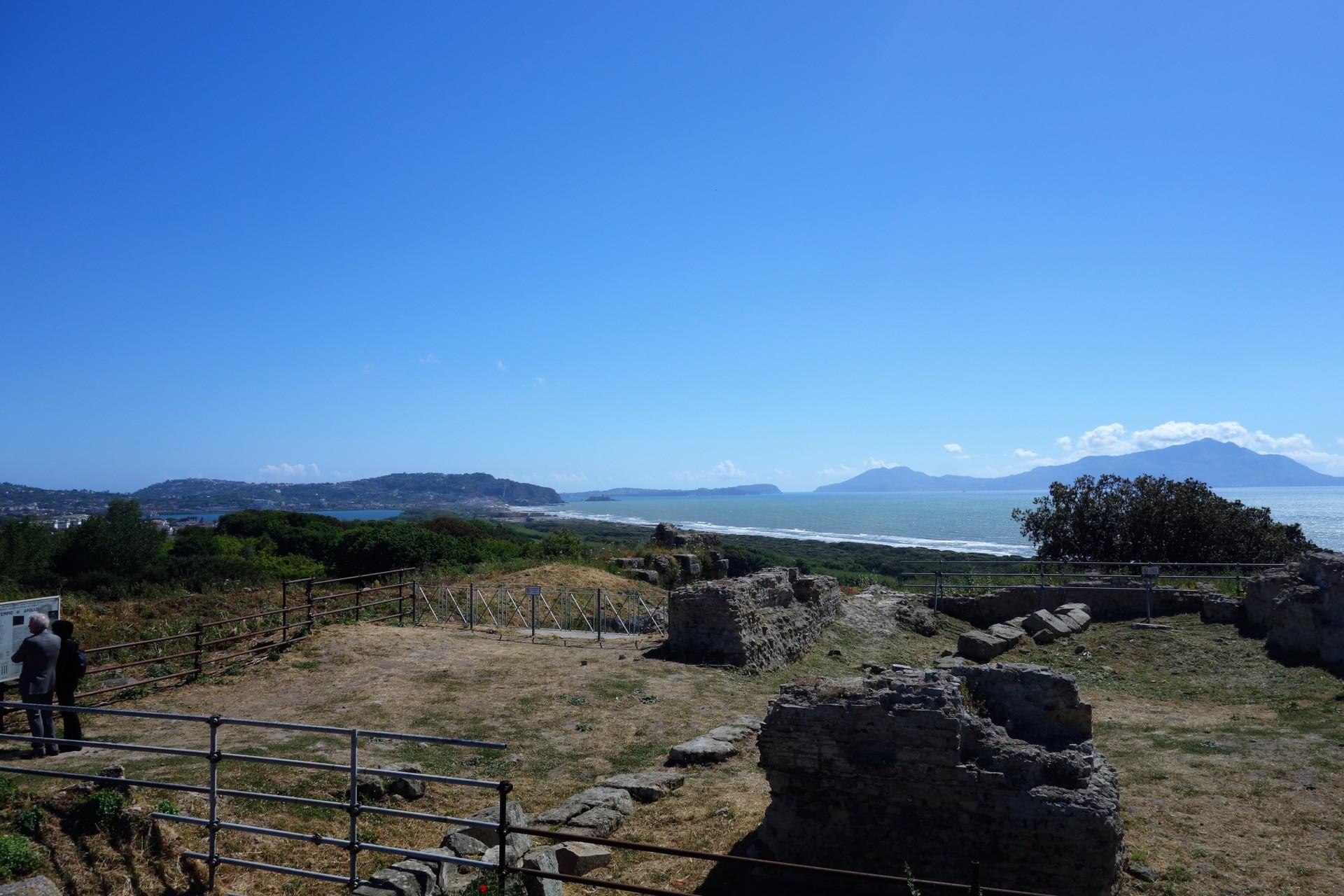 Cumae, Blick von der Akropolis auf die Inseln Ischia und Procida