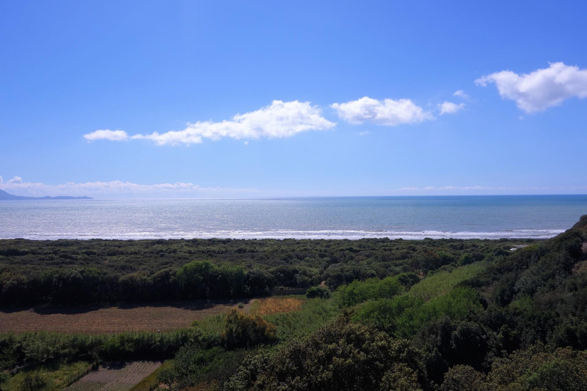 Cumae, der weit gezogene Sandstrand, davor jeder Quadratmeter sorgfältig angebaut, dahinter das Meer
