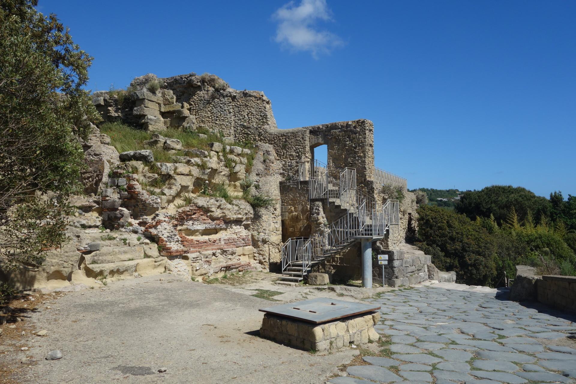Cumae, auf der Akropolis, verschiedene Mauer - Stile
