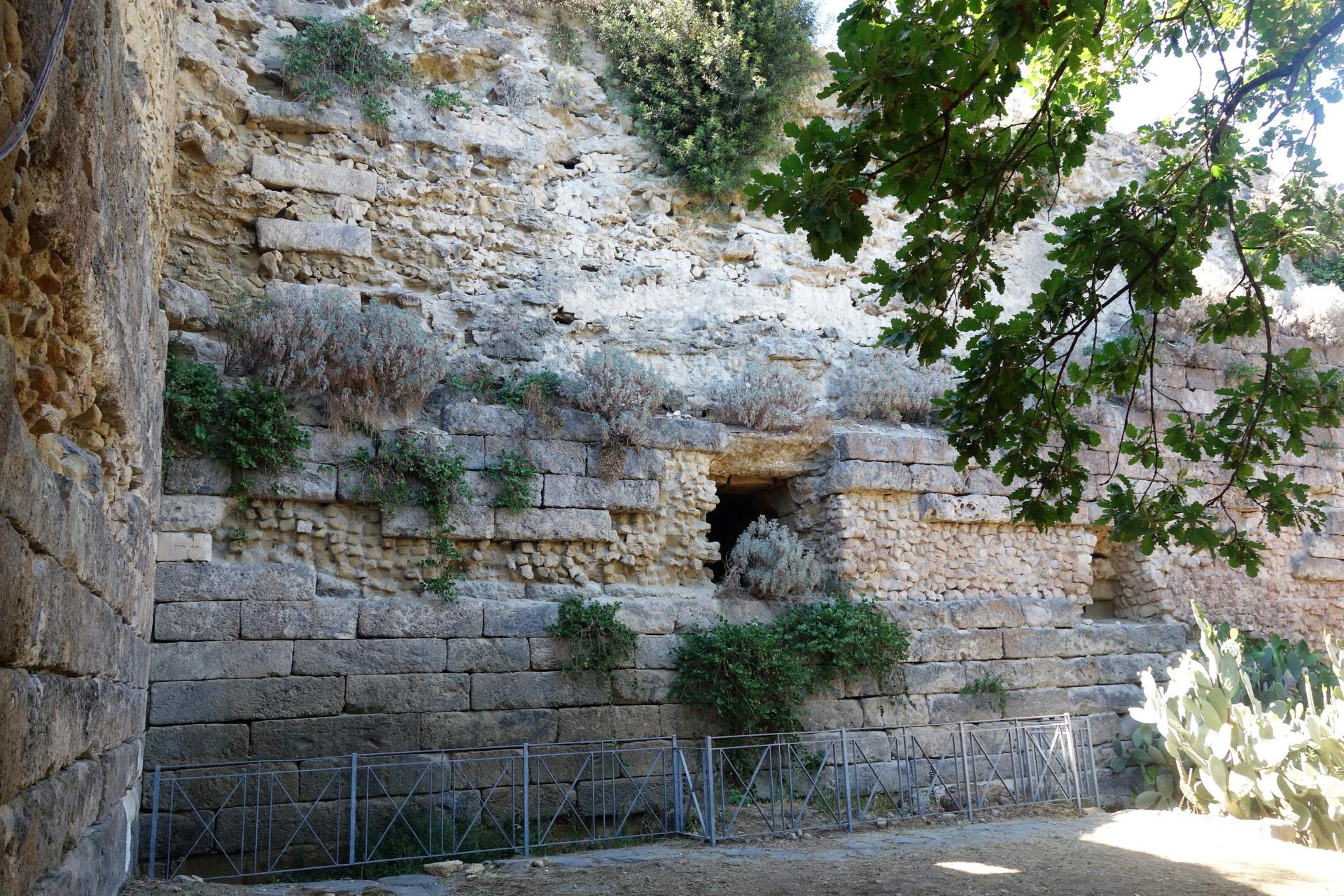 Cumae, schöne Mauer, überwachsen