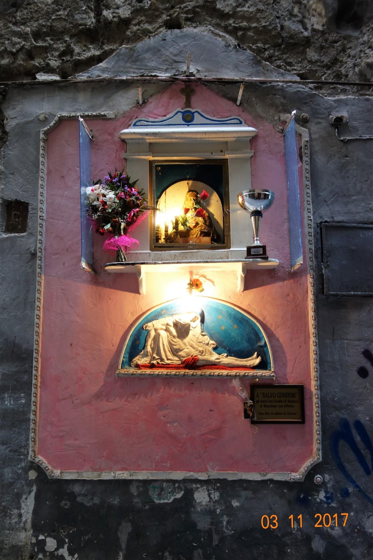 Neapel einer der Wandaltäre in einer Gasse, Spaccanapoli