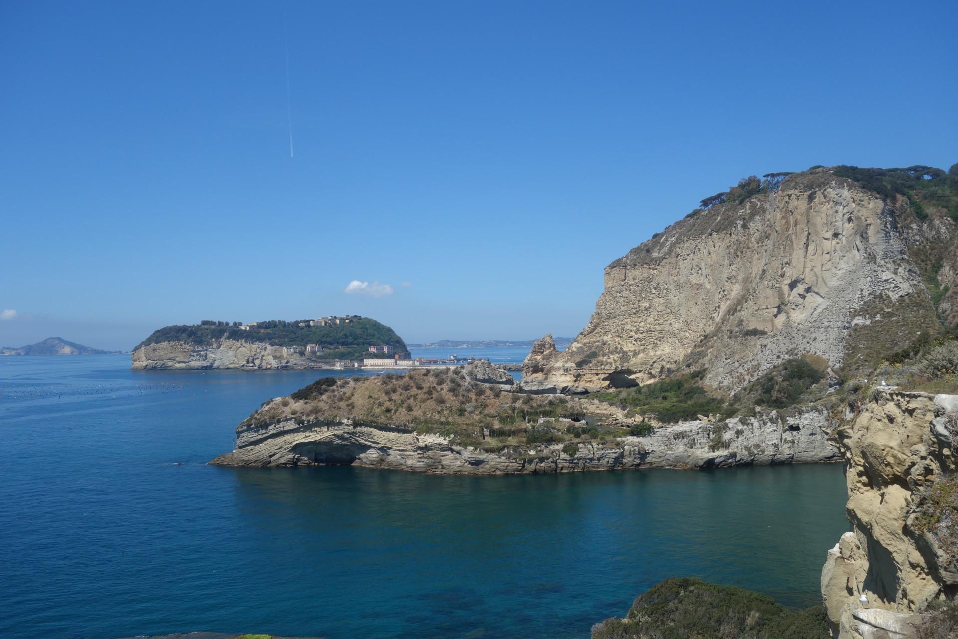 Auf dem Wasser vor den Grotten des Posillipo mit Nisida