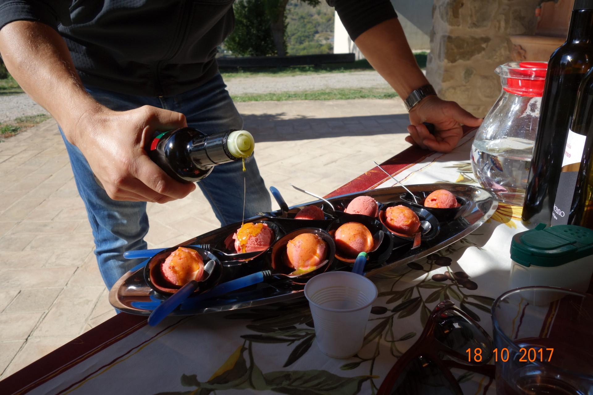 Mirka würzt die Glace mit seinem delikaten Olivenöl