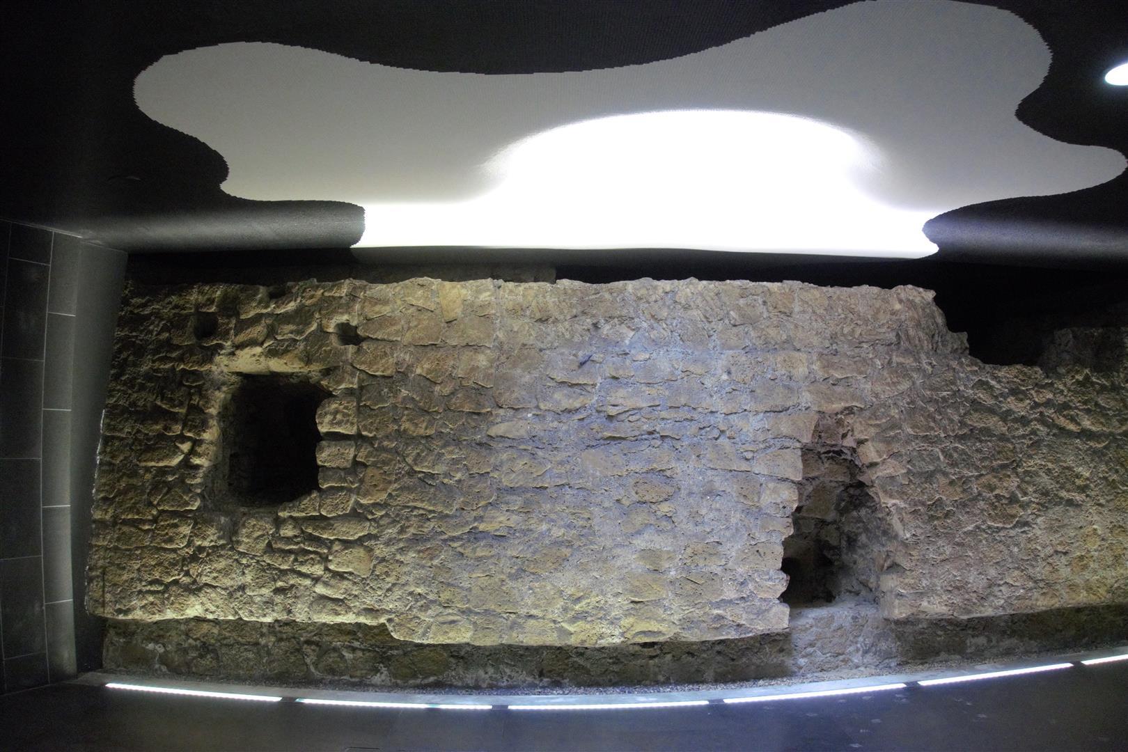 Decke und altes Mauerstück