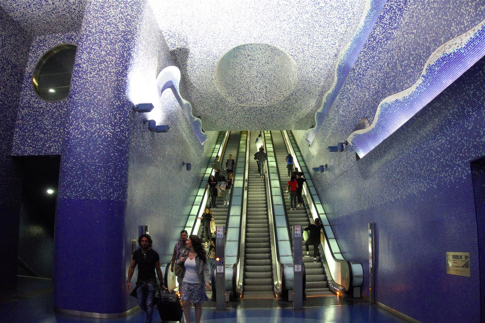 Die grossen Rolltreppen, aus der Tiefe dem Licht entgegen