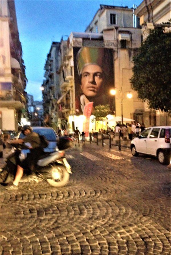 Der junge San Gennaro im Abendverkehr, Via Duomo, Napoli