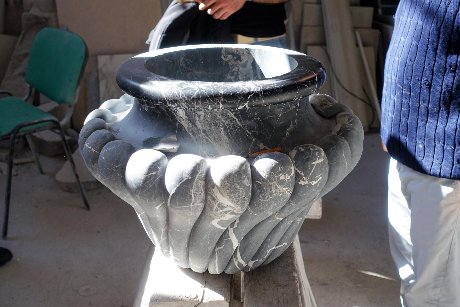 Eine Vase aus Stein in Arbeit