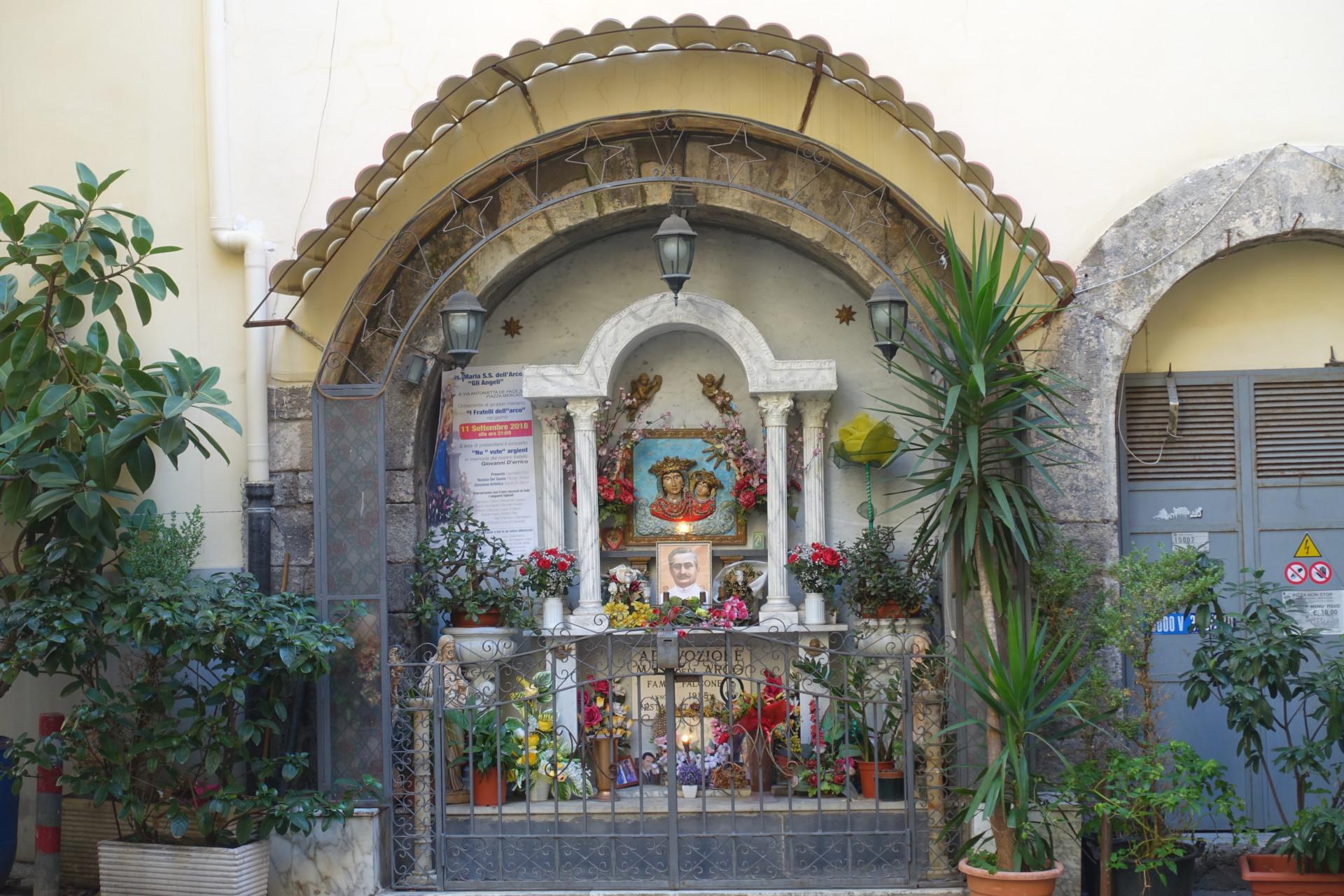 Centro storico Napoli, Strassenaltar