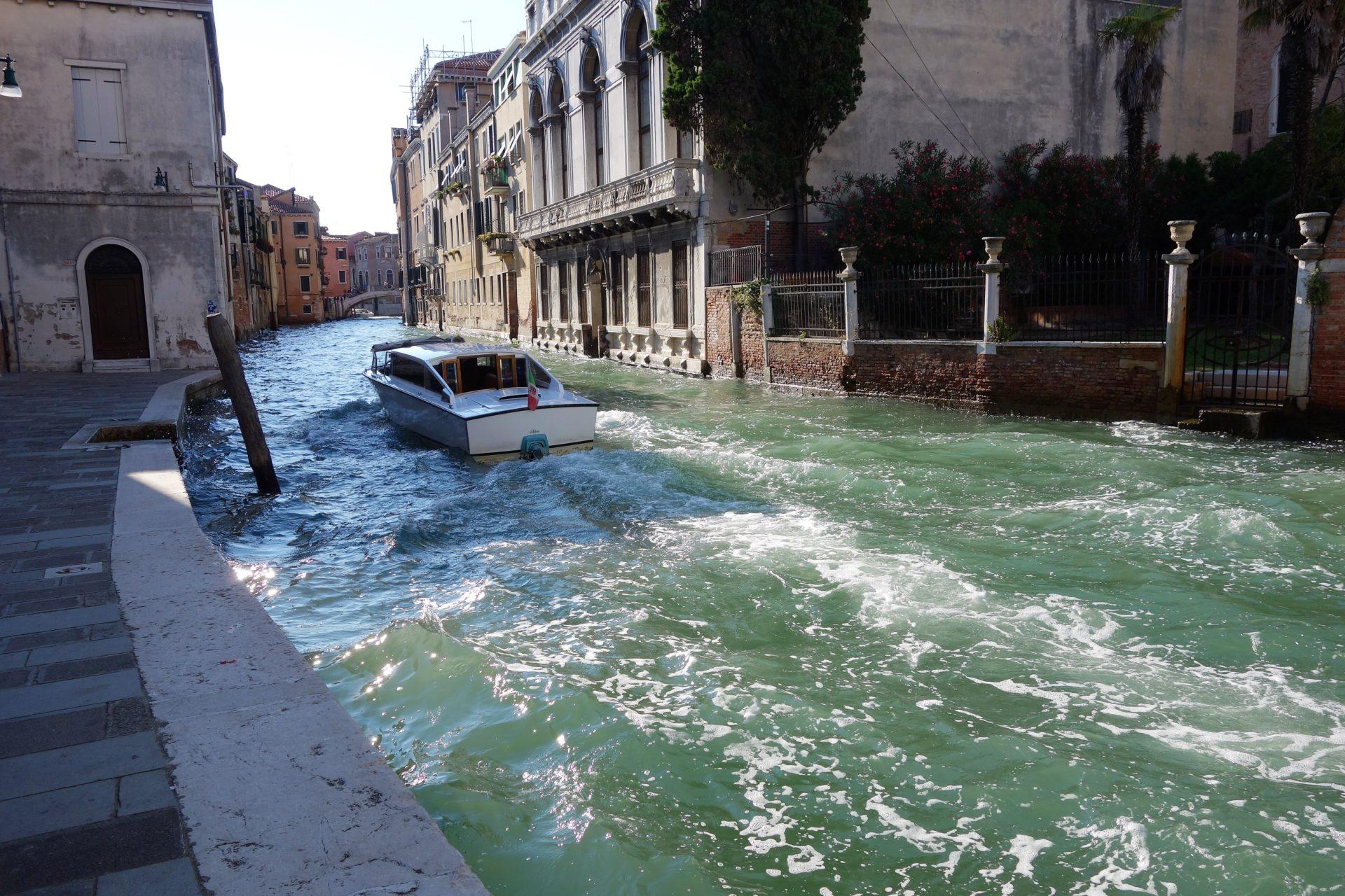 Bewegtes Wasser im Kanal
