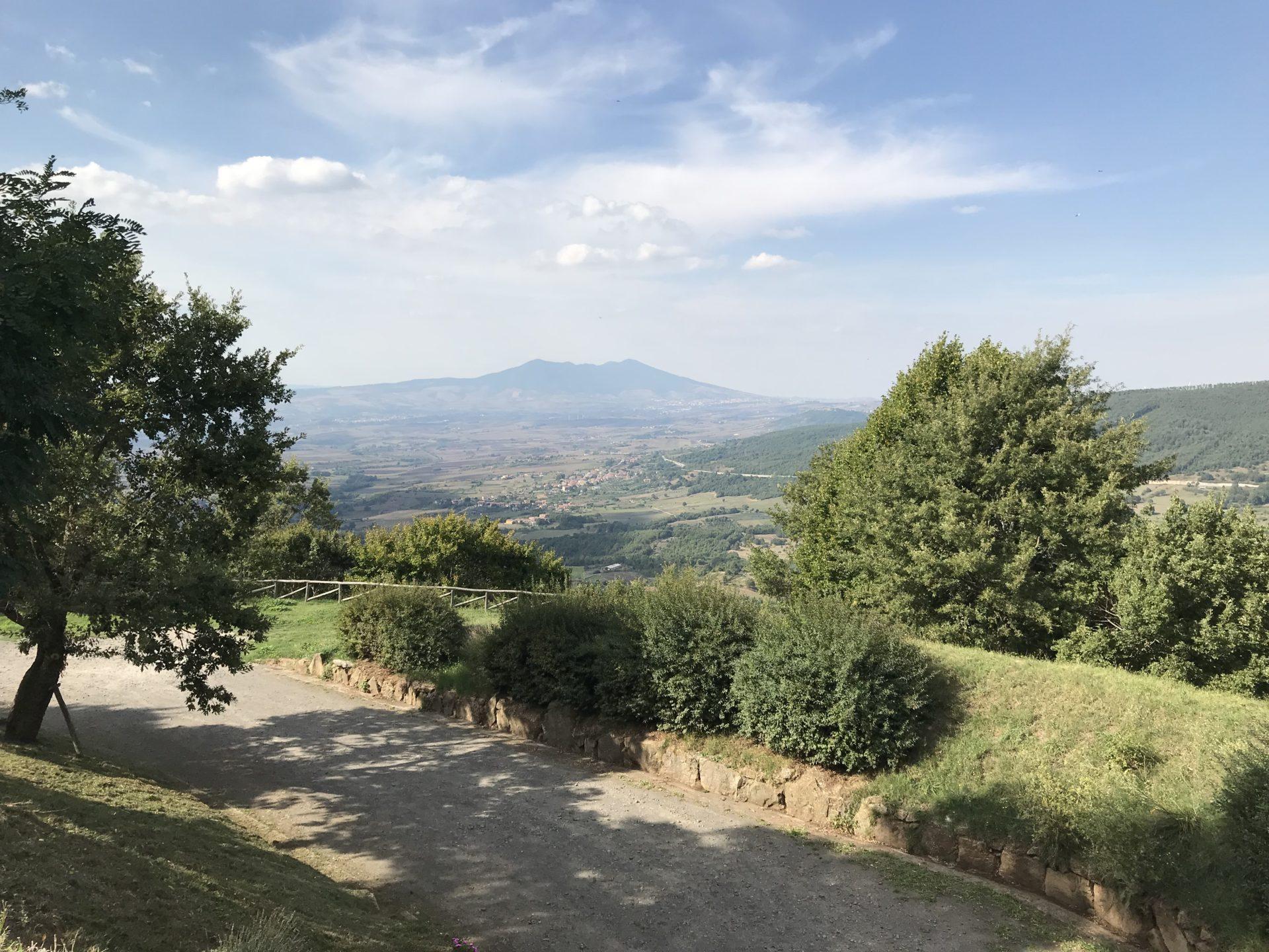 Lagopesole: Aussicht auf den Monte Vulture vom castello di Lagopesole gesehen