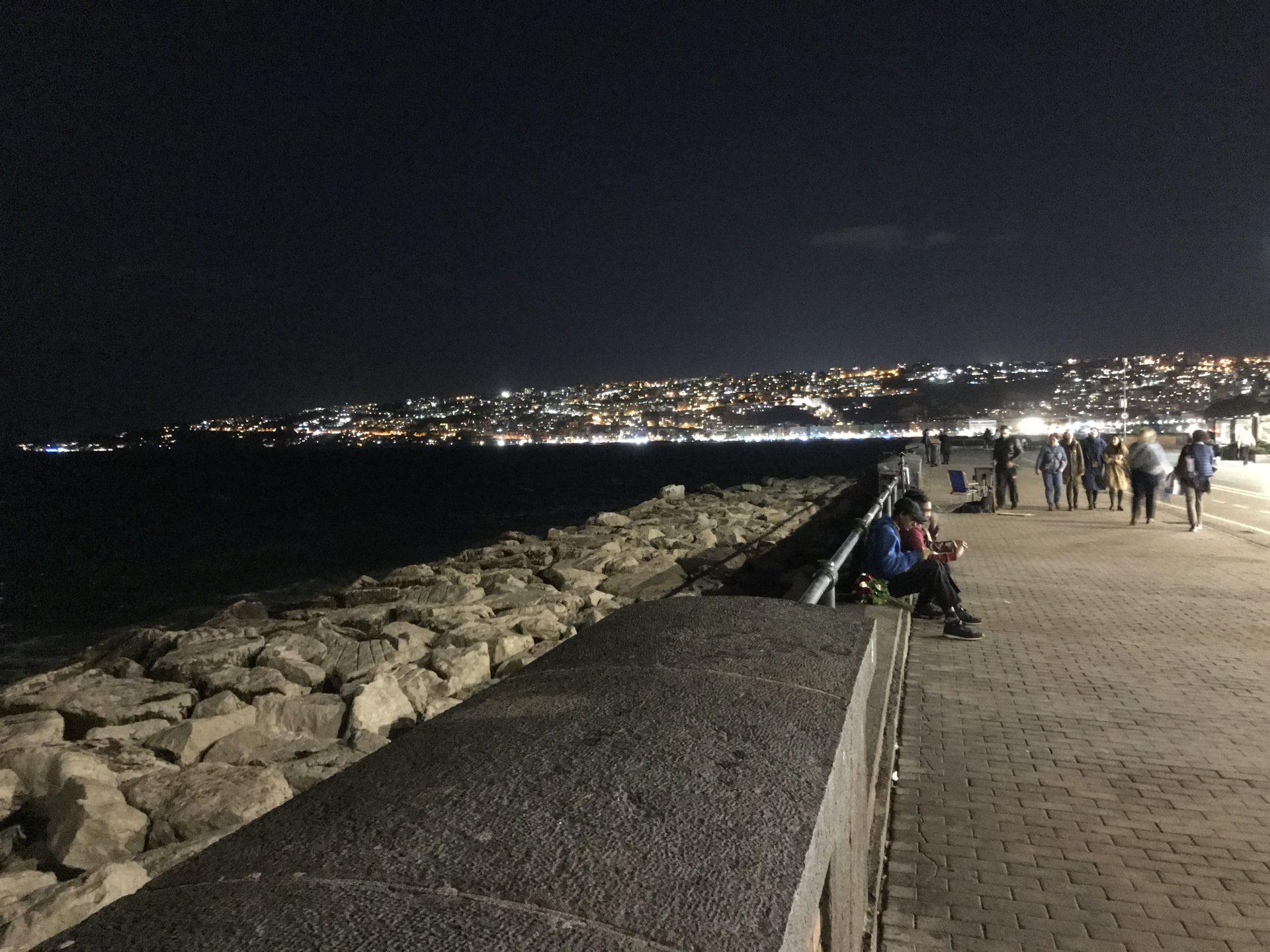 Nachts auf dem lungomare in Neapel