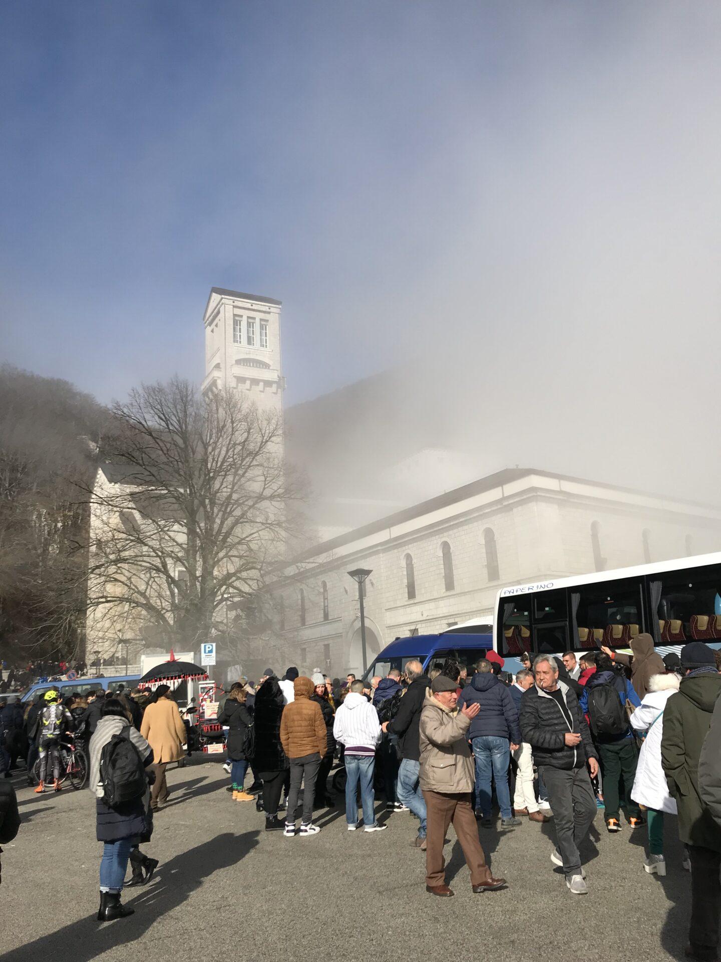 Auf der Paizza vor der Kirche