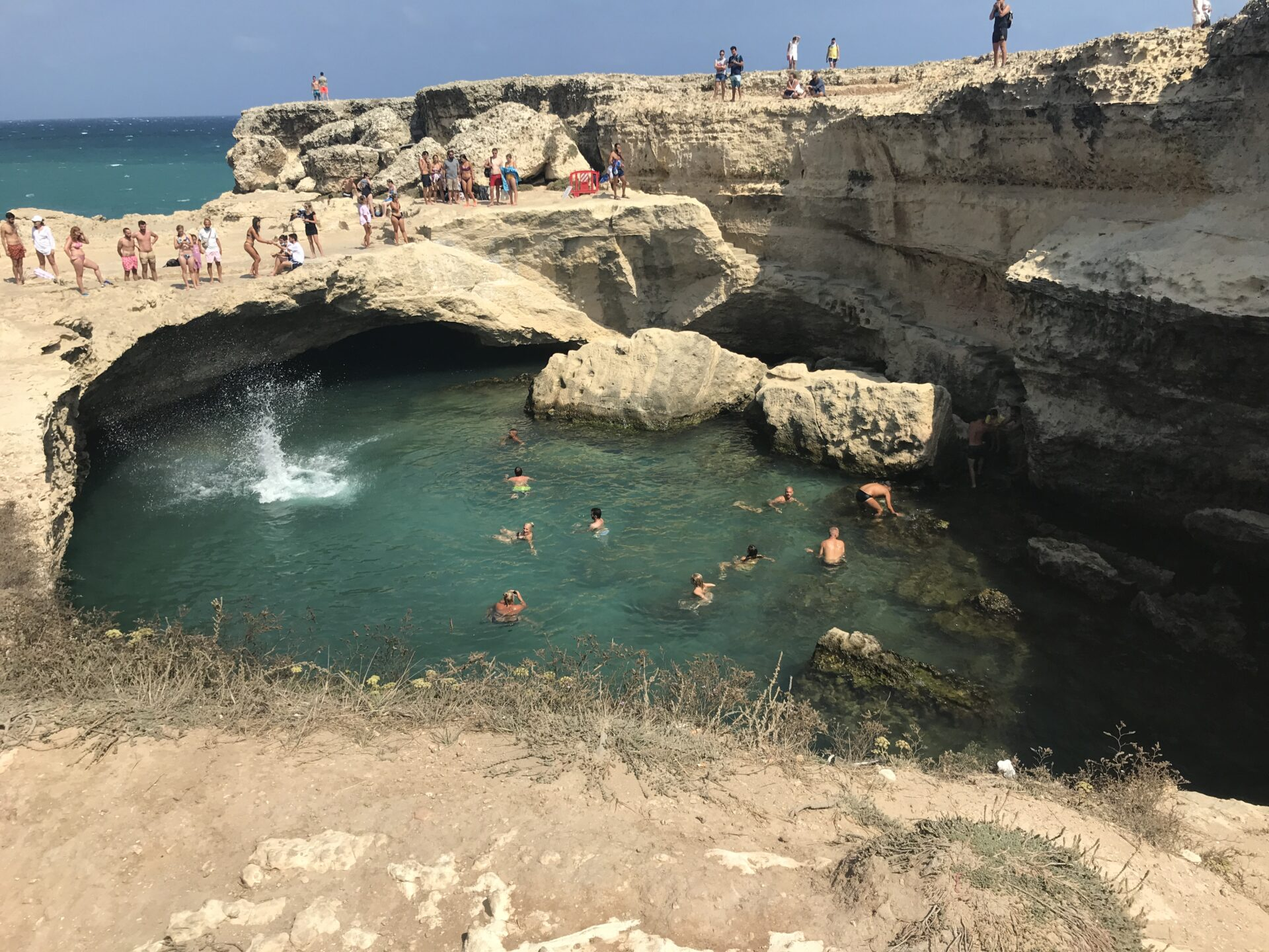Sprung in die Wasser der Grotta della Poesia